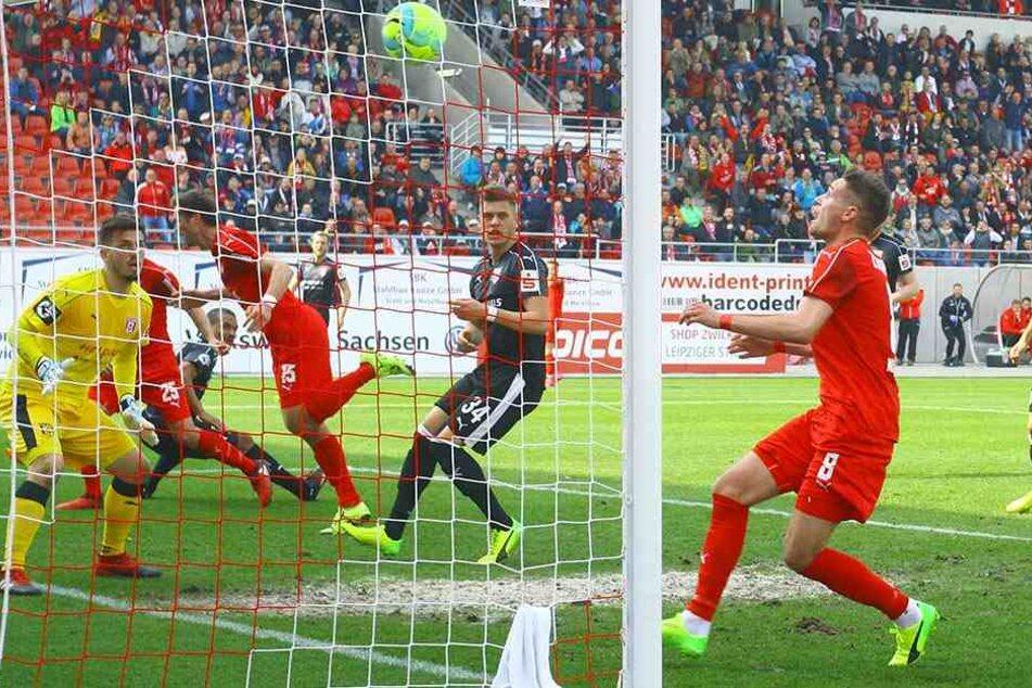 Mit diesem Treffer leitete Jonas Nietfeld (vorn) den FSV-Sieg gegen Halle ein.