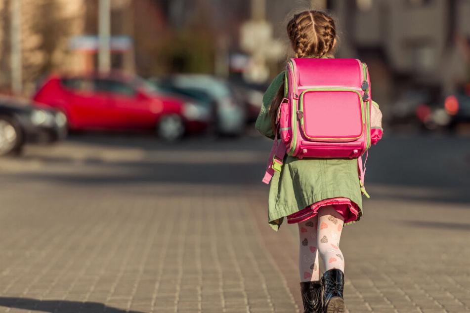 Die Kleine war auf dem Weg zur Schule, als ein Radfahrer sie angriff. (Symbolbild)