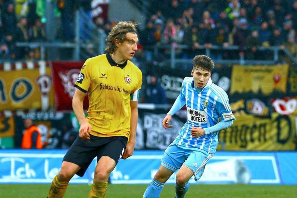 Am 20. Februar gegen Dynamo Dresden feierte Tom Baumgart (r.) sein Drittligadebüt. Hier  versucht er, Michael Hefele den Ball abzujagen.