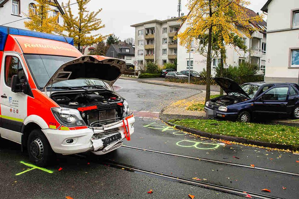 Der VW Golf krachte frontal gegen den Rettungswagen.