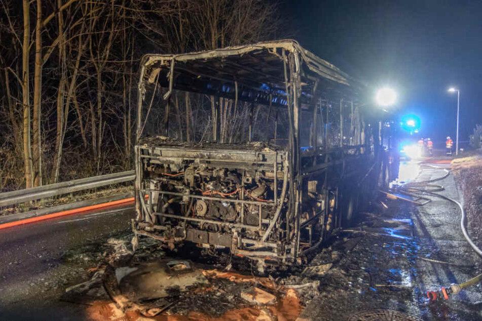 Das ausgebrannte Wrack des Busses.