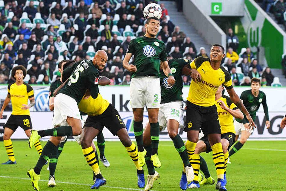 Wolfsburgs William (M., köpft den Ball weg) kann den Eckball vor den lauernden BVB-Angreifern klären.