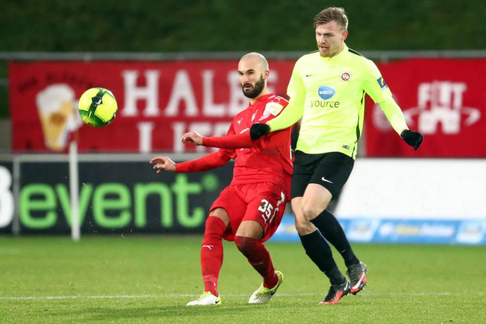 Zwickaus Nico Antonitsch (l.) ist vor Wiesbadens Torschützen Patrick Breitkreuz am Ball. Das war im Spiel nicht immer so.