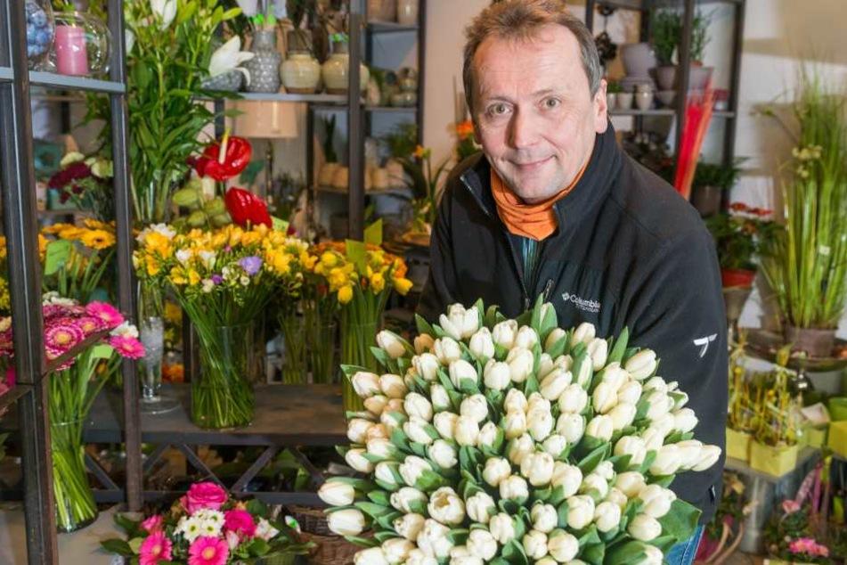 Ganz in Weiß mit wenigen blauen Akzenten wird Floristikmeister Henrik Laubner  (52) am Freitag die Semperoper aufblühen lassen.