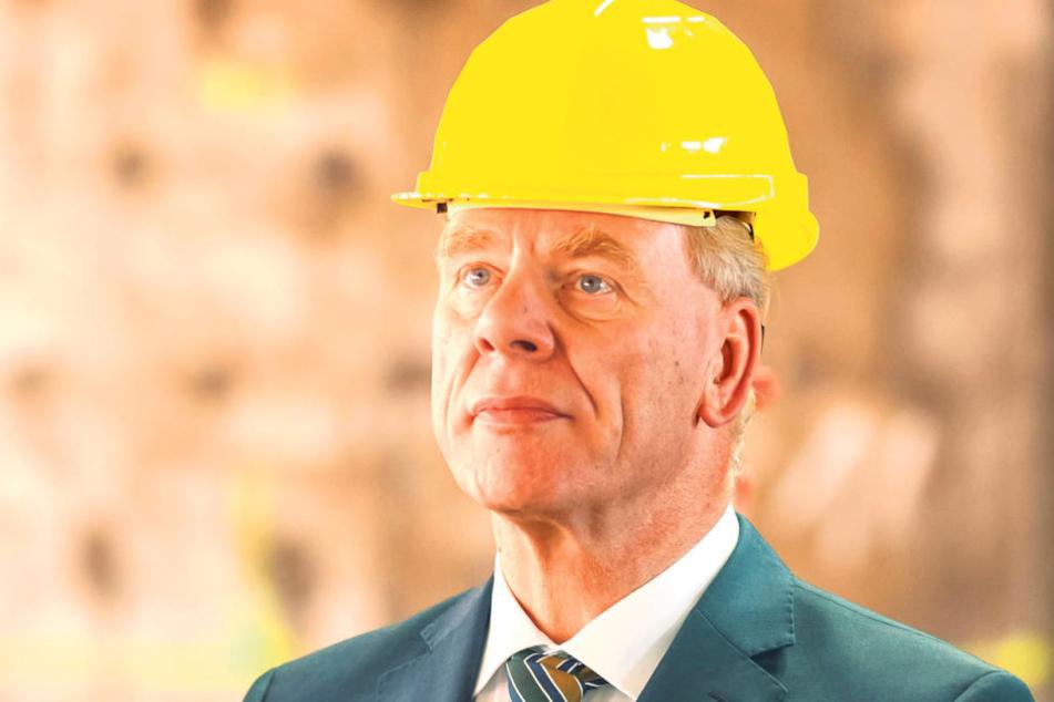 Sachsens Finanzminister Georg Unland (63, CDU) machte sich beim Rundgang ein  Bild von der Baustelle.