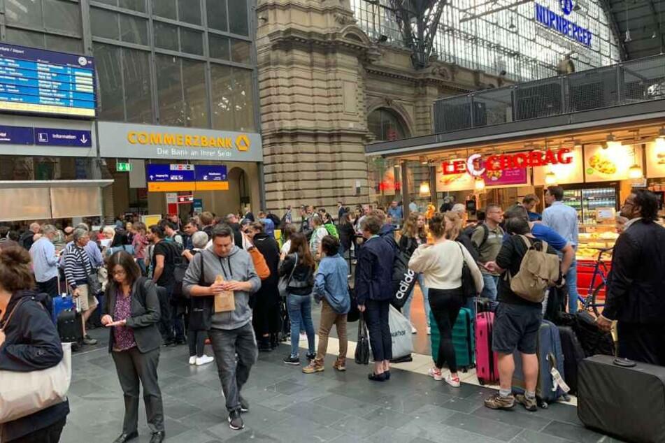 Auch am Montag machten sich die Nachwirkungen des Unwetters am Hauptbahnhof in Frankfurt bemerkbar.
