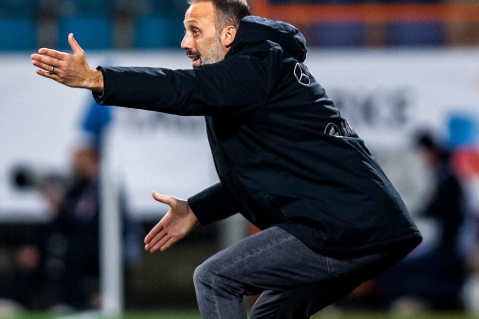 Stuttgarts Trainer Pellegrino Matarazzo (42) gibt in Bochum Anweisungen vom Spielfeldrand.