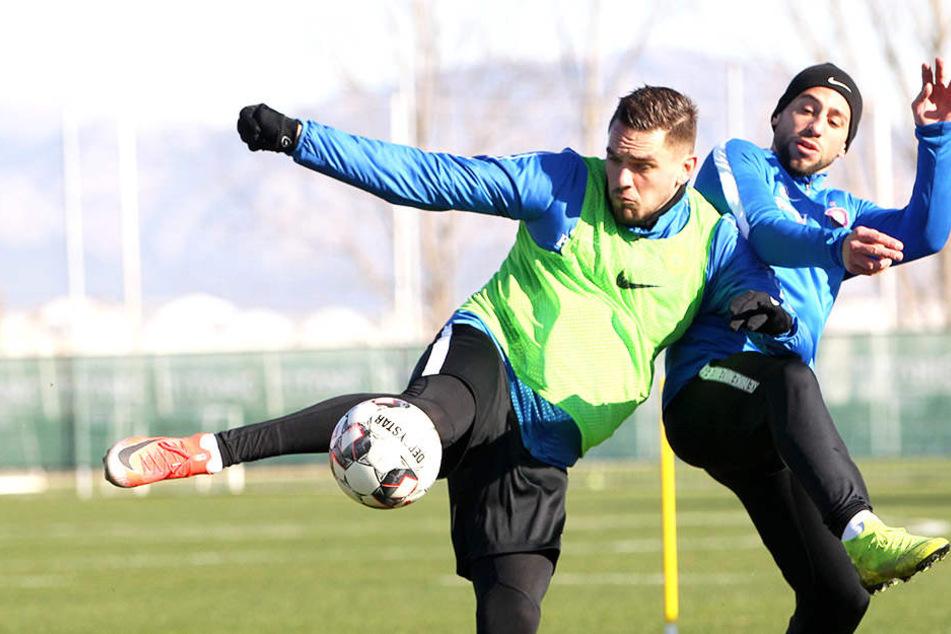 Pascal Testroet (links) ist in einem Trainingslager-Zweikampf eher am Ball als Calogero Rizzuto.