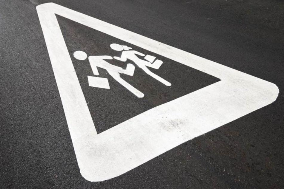 Fahrer flieht: Mädchen (10) auf Schulweg von Auto erfasst