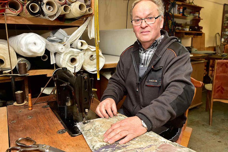 Seine Bezugsstoffe näht Meister Züfle auf einer hundert Jahre alten Singer-Nähmaschine.