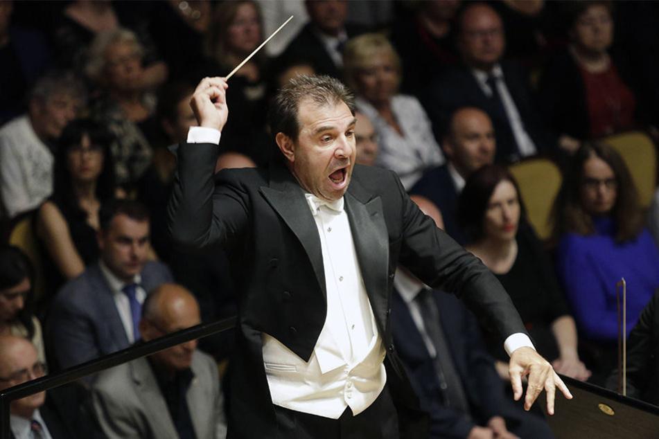 Dirigent Daniele Gatti (56) bei der Arbeit. Sachsens Spitzenorchester halten ihm vorerst die Treue. Bei neuer Faktenlage könnte sich das ändern.