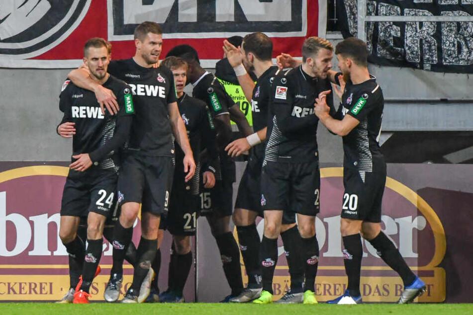 Die Kölner Spieler jubeln nach dem 1:3 in der 56. Minute.