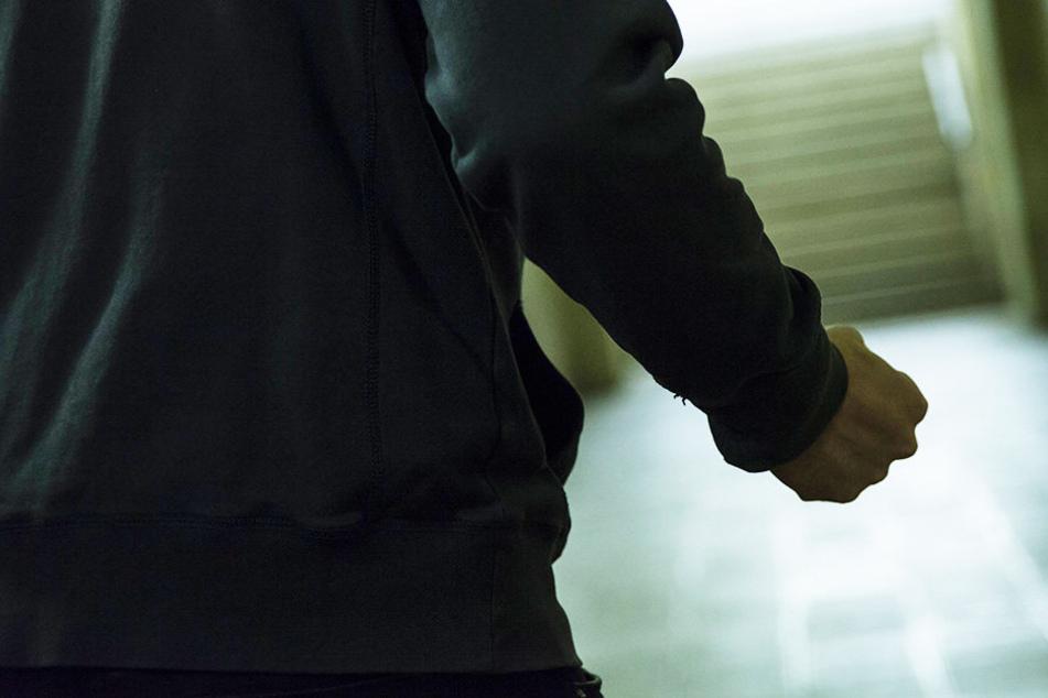Einer der Unbekannten schlug dem 16-Jährigen ins Gesicht. (Symbolbild)