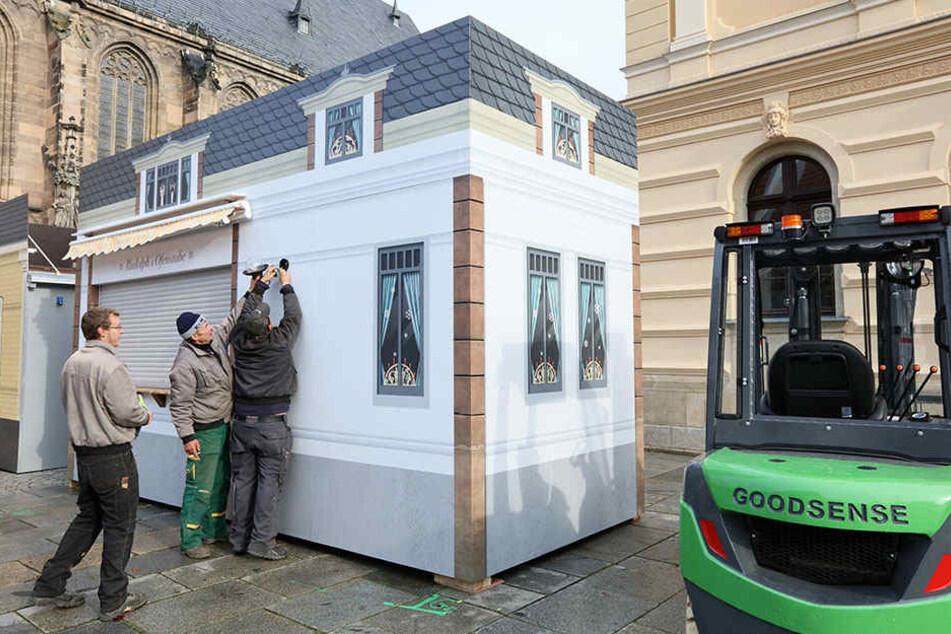 Es weihnachtet sehr seit Beginn der Woche im Zwickauer Domhof. Dort hat der Aufbau des Weihnachtsmarktes begonnen.