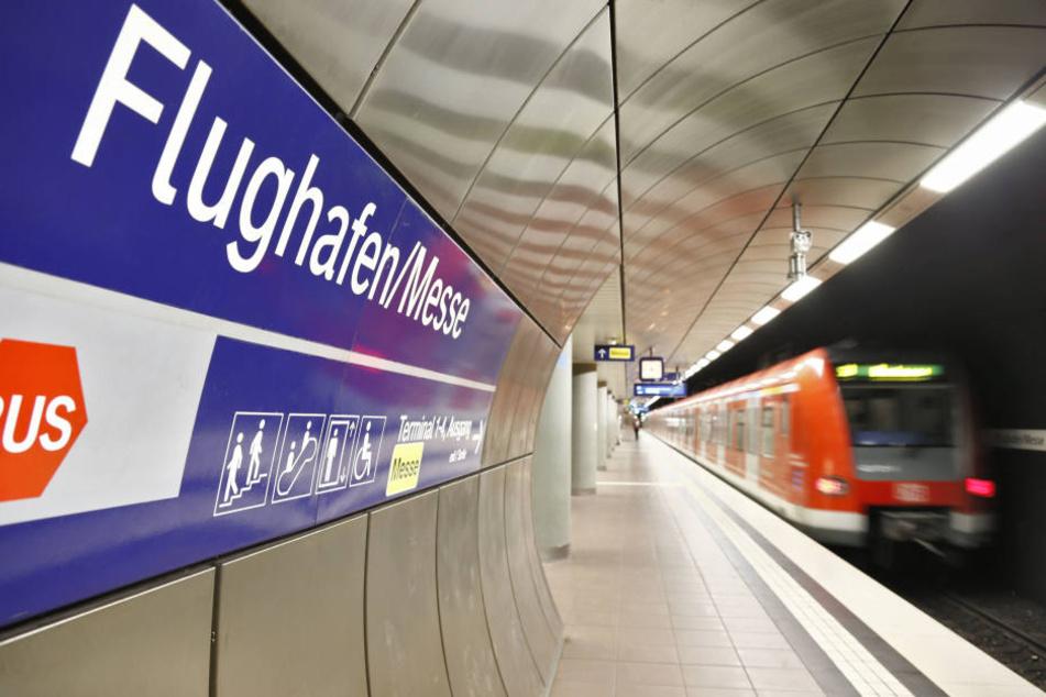 Eine S-Bahn fährt in die S-Bahnstation Flughafen/Messe am Flughafen in Stuttgart ein.