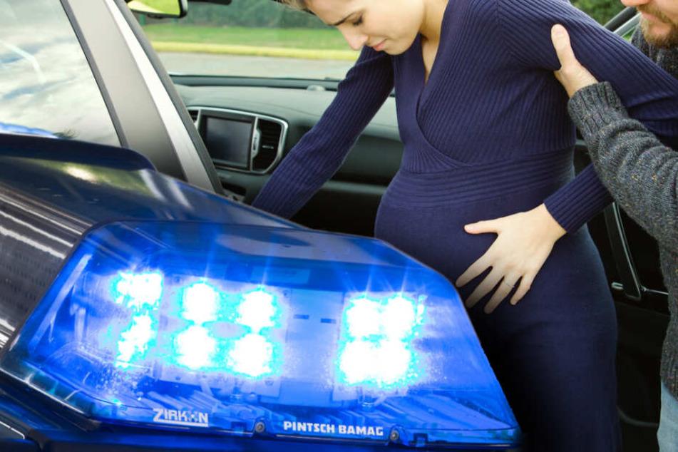 Drama im Berufsverkehr: Schwangere steckt mit Ehemann fest, dann kommen die Wehen