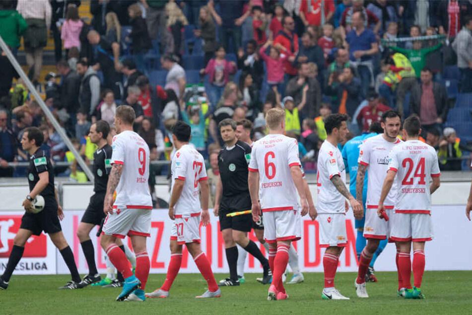 Mit gesenkten Köpfen stehen die Spieler von 1. FC Union Berlin auf dem Platz der HDI Arena.