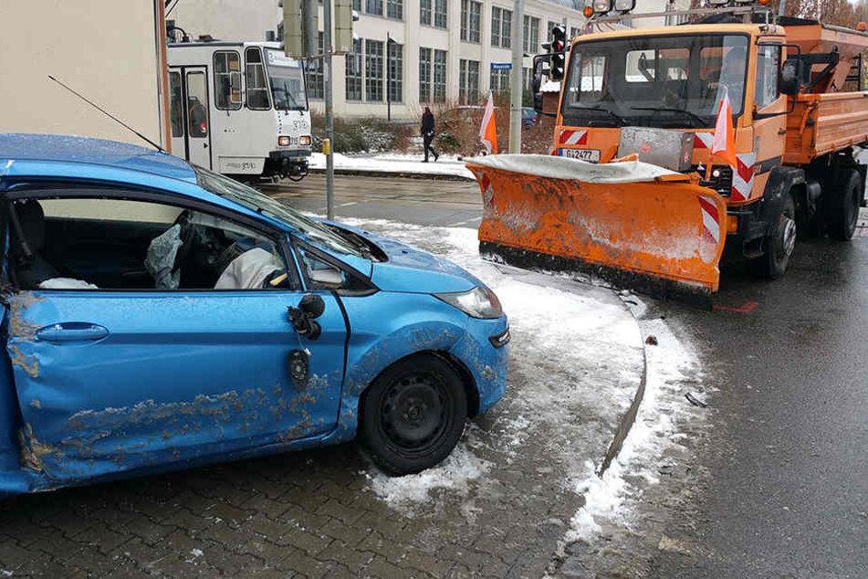 Der Ford und das Räumfahrzeug waren mitten auf der Kreuzung kollidiert.