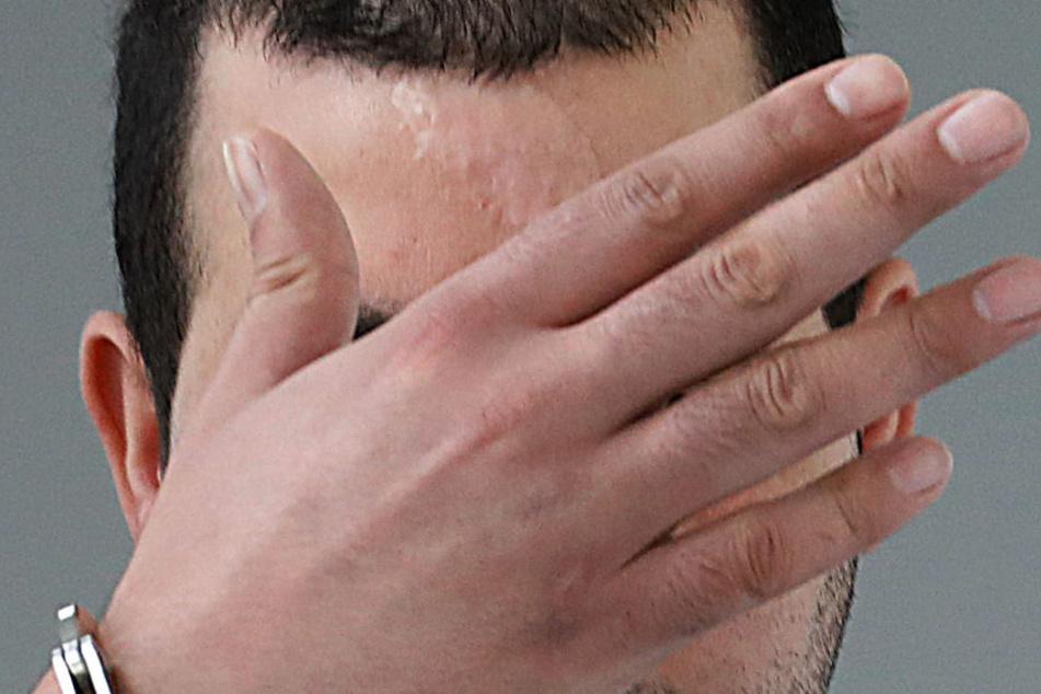 Salah A. traf sein Opfer seitlich an der Stirn und hackte ihm einen sechs mal drei Zentimeter großen Hautlappen aus der Stirn.