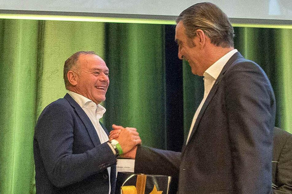 Ralf Minge gratuliert seinem ehemaligen Mitspieler Hartmut Schade, der zum Ehrenspielführer der SGD ernannt wurde.
