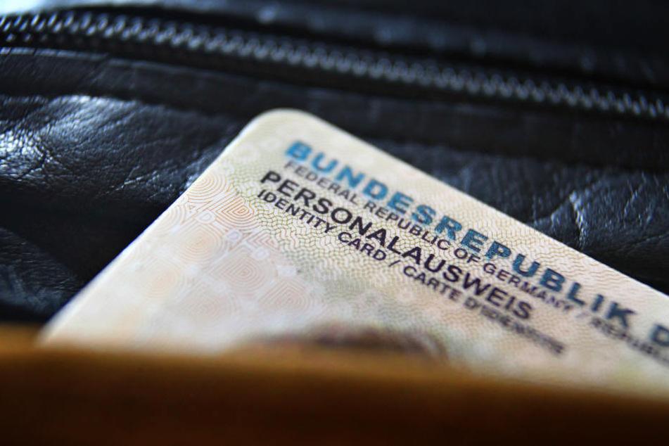 Einen Personalausweis hatte der Mann nicht dabei, nannte den Beamten den Namen eines Freundes. (Symbolbild)