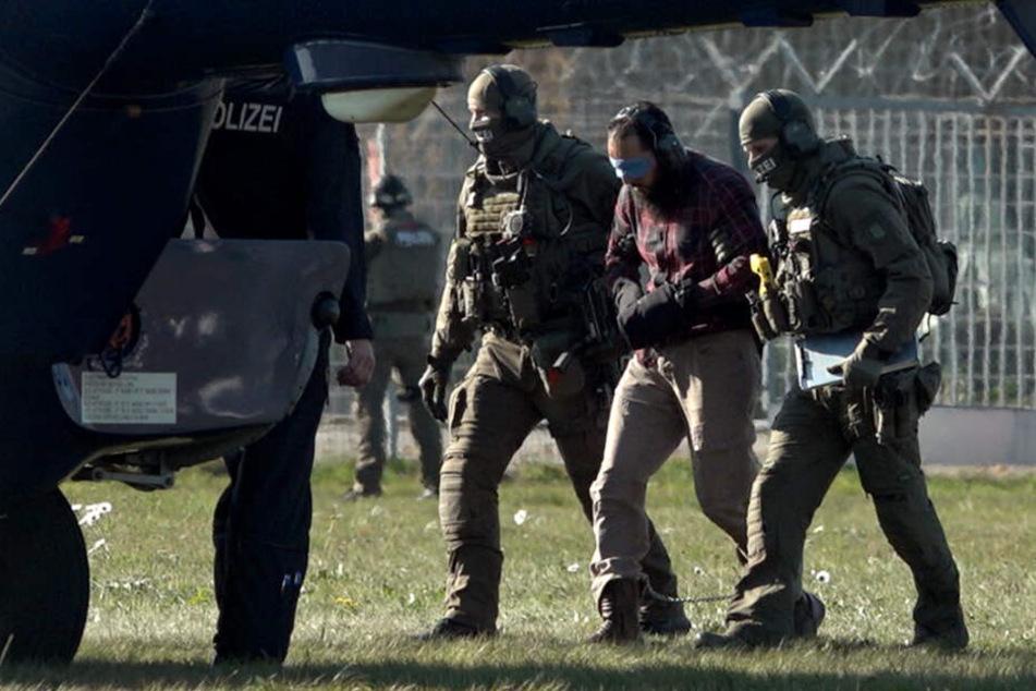 Der Terrorhelfer Mounir El Motassadeq (Mitte) wird auf dem Flughafen in Fuhlsbüttel in einen Hubschrauber der Bundespolizei gebracht.