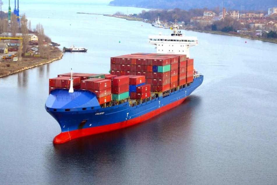Das Frachtschiff Calisto läuft in den Port von Varna in Bulgarien ein und ist mit Containern beladen.