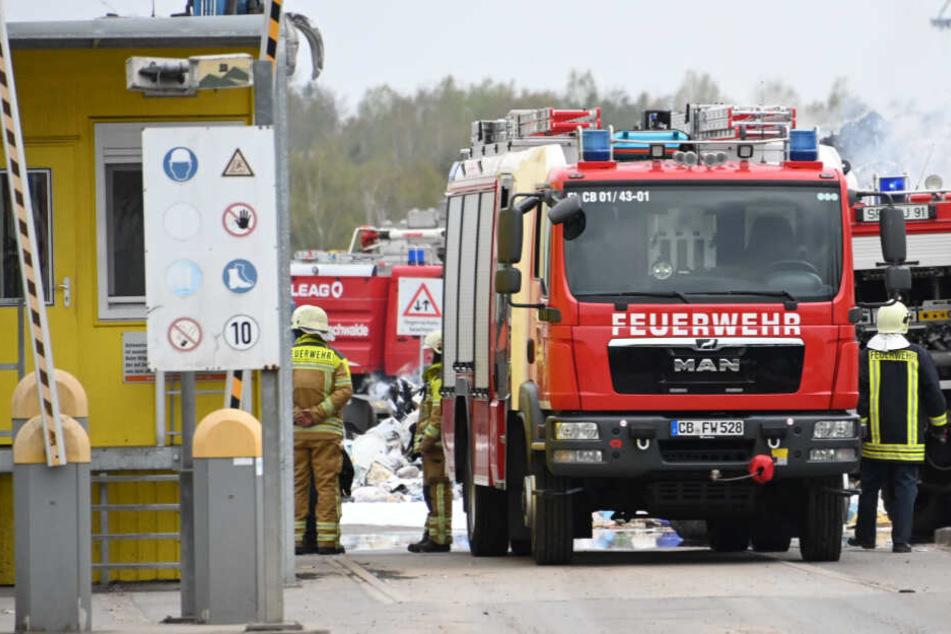 500 Tonnen Abfall in Flammen: Großeinsatz auf Recyclinghof bei Cottbus geht weiter
