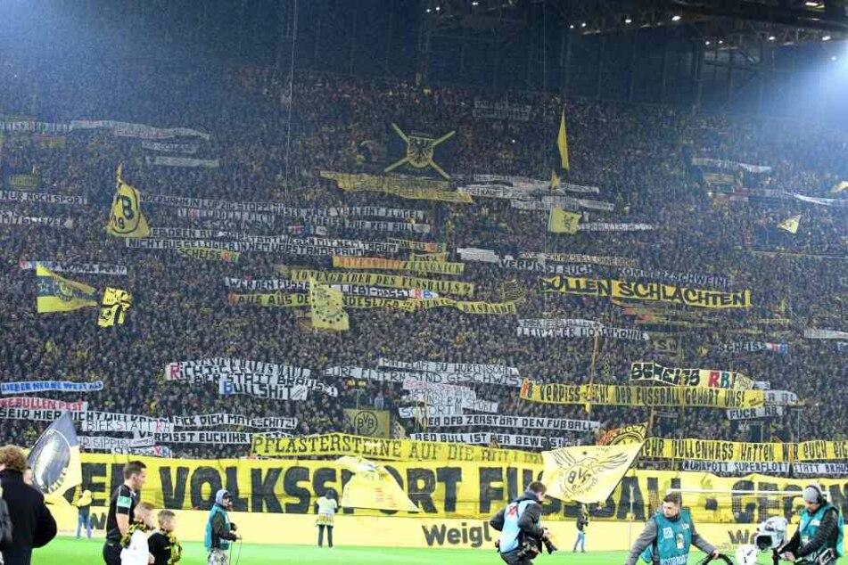 Die Südtribüne war gesäumt von Bannern gegen RB Leipzig.