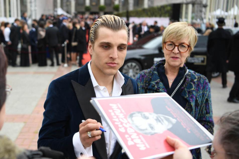 """Schauspieler Jonas Dassler kommt zur Verleihung des 69. Deutschen Filmpreises """"Lola"""" und schreibt Autogramme.(Archivbild)"""