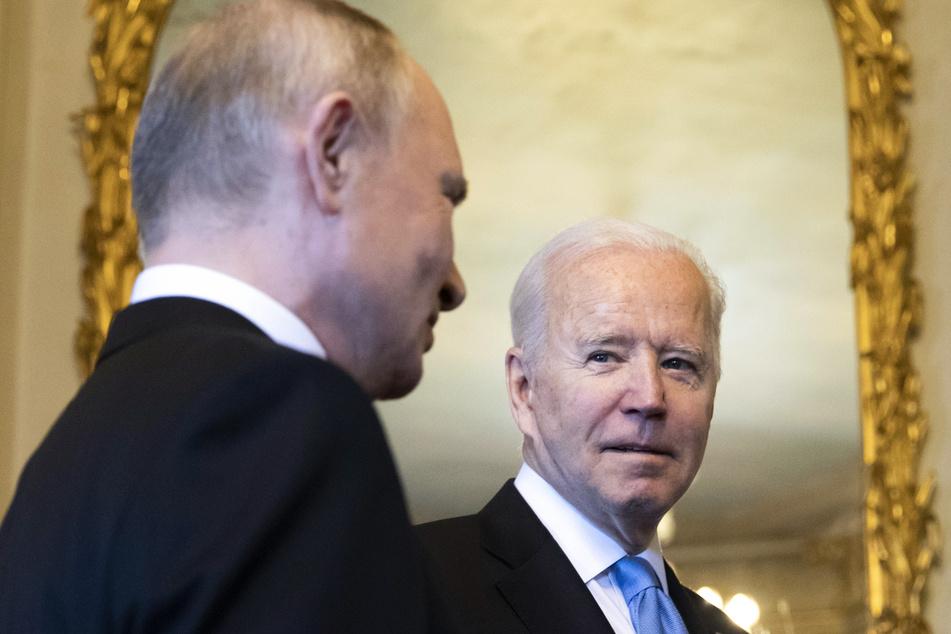 """Wladimir Putin (l), Präsident von Russland, spricht mit Joe Biden, Präsident der USA, nach ihrer Ankunft zu einem Treffen in der """"Villa la Grange""""."""