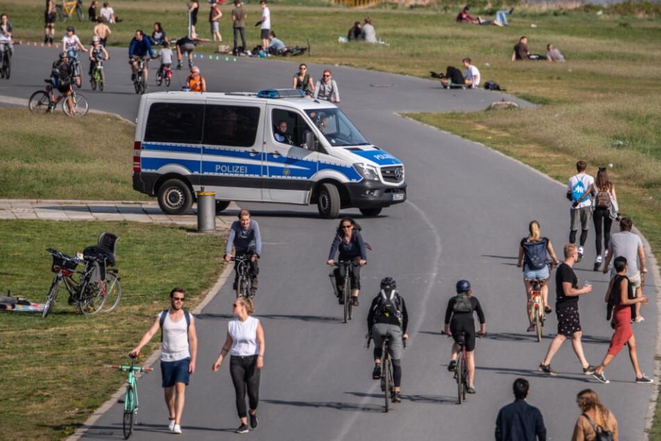 Auf dem Elberadweg ist ein Polizeiauto unterwegs.