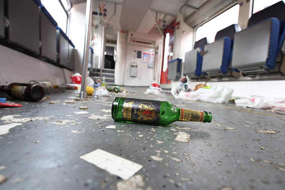 Verwüstung: Im Zug wurde hinterließen die Fans ein Schlachtfeld (Symbolbild).