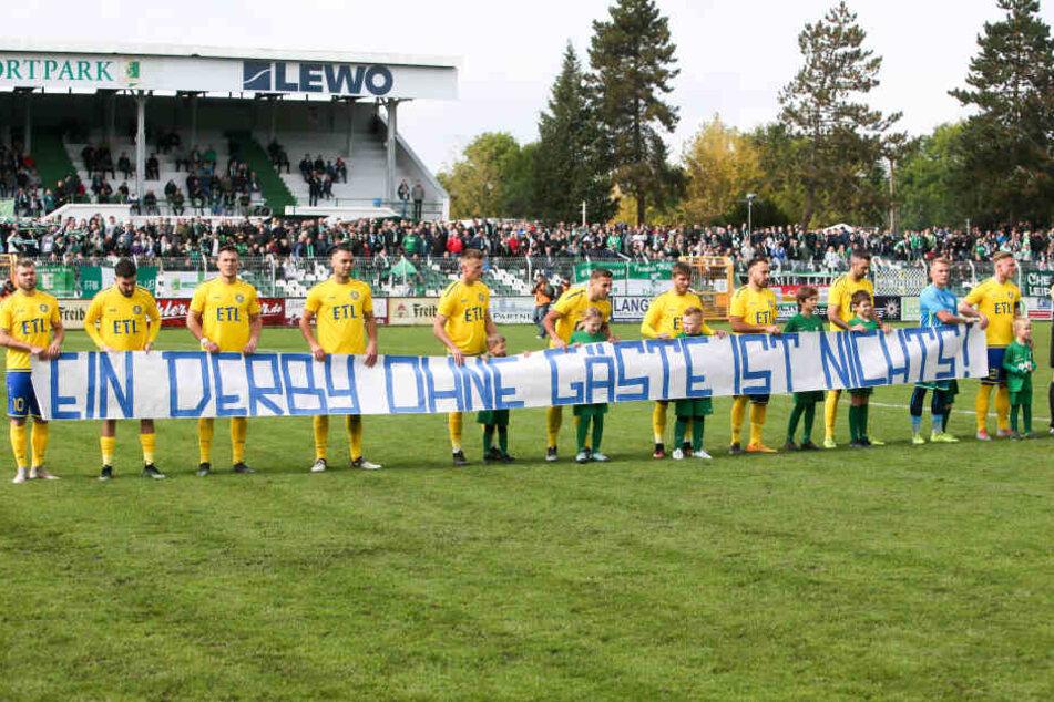 Lok hatte die Party boykottiert, brachte keine Fans mit, da die Sicherheitsbehörden ihnen nur 250 statt mindestens 500 Tickets zur Verfügung stellen wollte. Mit diesem Transparent zeigten die FCL-Spieler, was sie davon hielten.