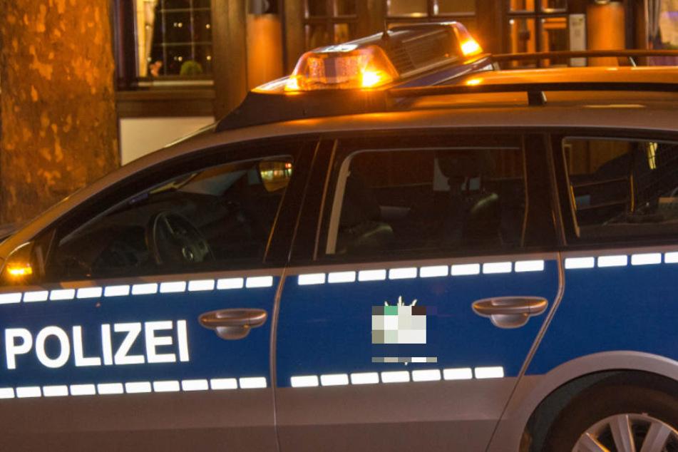 Als die Polizei am Abend in der Wohnung eintraf, schlug der Mann die Beamten. Ein Polizist musste wegen Würgeverletzungen ins Krankenhaus. (Symbolbild).
