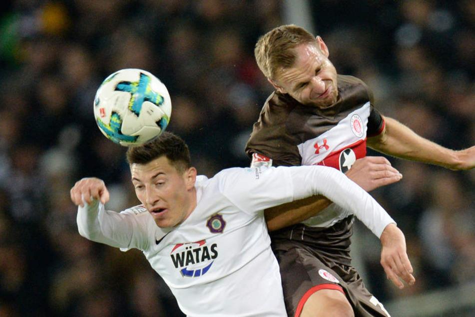 Pauli-Kapitän Bernd Nehrig (rechts) ging in jedem Spiel mit vollem Einsatz in die Zweikämpfe.