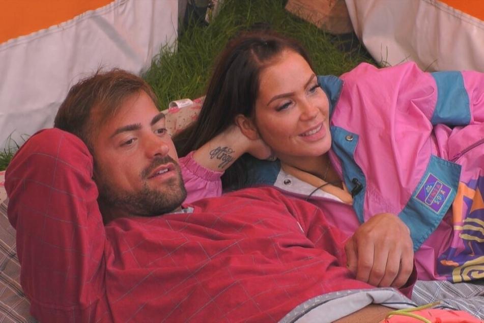 """Kommen sich von Tag zu Tag näher und näher: """"Love Island""""-Muskelpaket Tobias Wegener (26) und der ehemalige """"Köln 50667""""-Star Janine Pink (32)."""