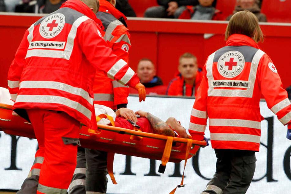 Mit heftigen Schmerzen im rechten Fuß musste Charles Aranguiz nach dem Foul vom Platz getragen werden.