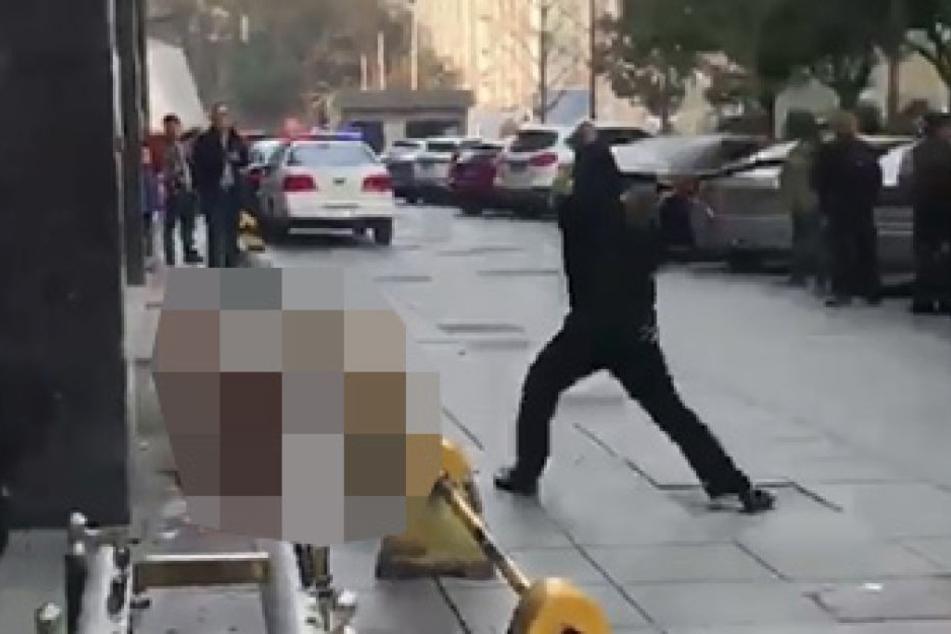 Immer wieder prügelte der Polizist auf den angeketteten Hund ein.