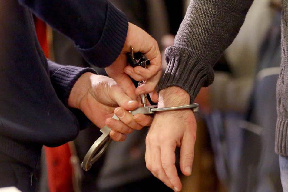 Am Mittwoch klickten für einen gesuchten Vergewaltiger die Handschellen. (Symbolbild)
