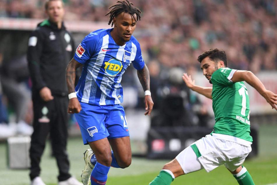 Lazaro setzt sich gegen Bremens Sahin durch.
