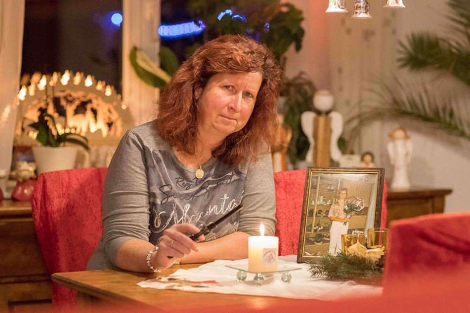 Am Tisch in der guten Stube zündet Kerstin ein Licht für ihre tödlich verunglückte Schwester an.