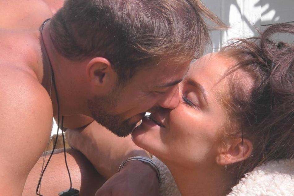 Hier knutschen Tobi (26) und Janine (32) noch miteinander. Im Finale stehen sie sich als Konkurrenten gegenüber.