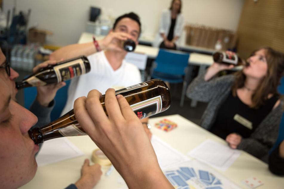 Nur geselliges Trinken oder schon Anzeichen einer Alkoholsucht? (Symbolfoto)