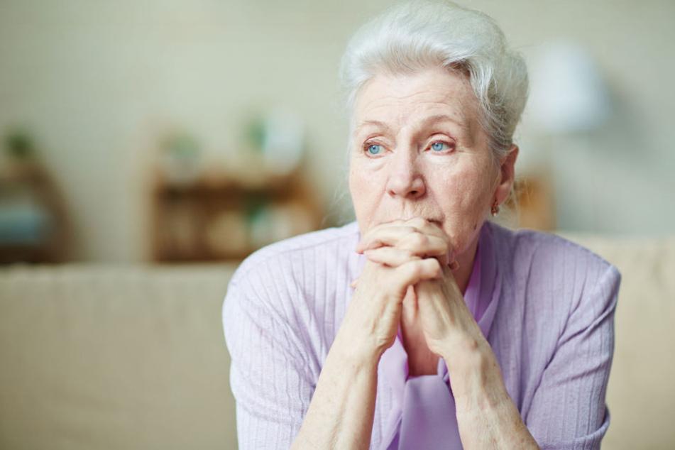 Eine Rentnerin ist besorgt (Symbolbild).