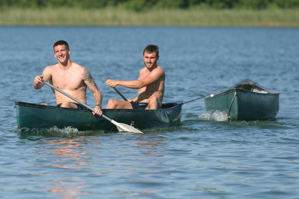 2016 waren Kevin Kunz (li.) und Kevin Conrad bereits im Trainingscamp mit dem Boot auf dem Lübbesee unterwegs.