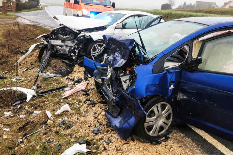 Frontal-Crash auf Bundesstraße: Zwei Menschen bei Unfall verletzt