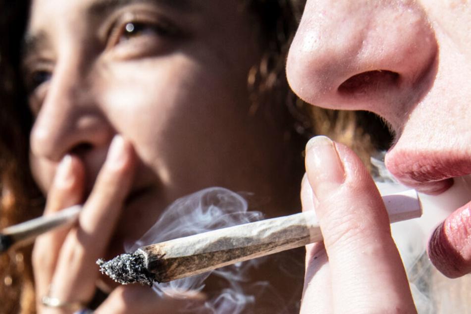 Zwei Frauen rauchen Joints. (Symbolbild)