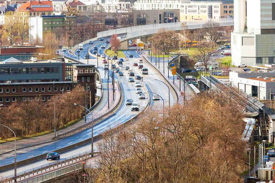 Radfahrer stürzt an Nossener Brücke in Dresden drei Meter in die Tiefe