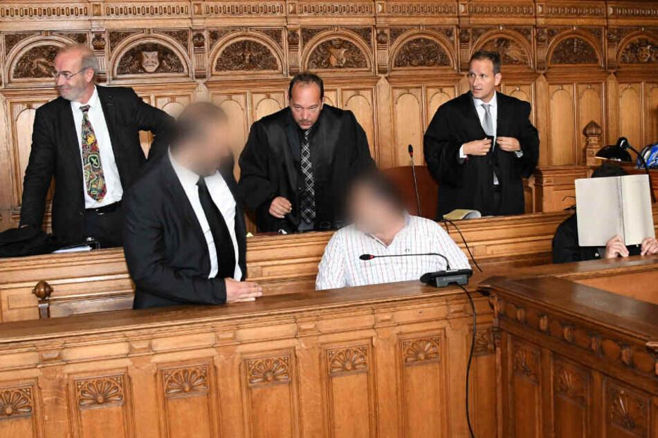 Die Angeklagten sitzen im Bremer Landgericht auf der Anklagebank.